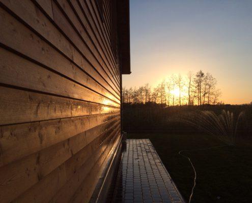 Genieten van zonsondergang op het terras van de hoeve